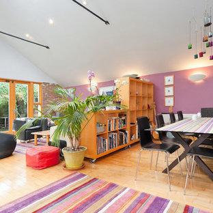 Ispirazione per una grande sala da pranzo boho chic con pareti viola e parquet chiaro