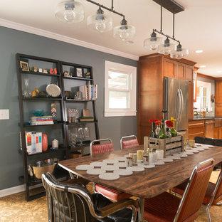 Foto di una grande sala da pranzo aperta verso la cucina eclettica con pavimento in sughero, pareti grigie, camino classico e cornice del camino in legno