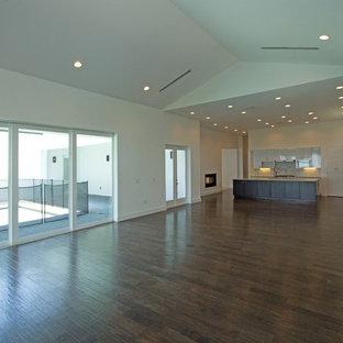 Imagen de comedor de cocina minimalista, extra grande, con paredes blancas, suelo de madera en tonos medios y chimenea lineal