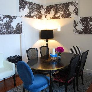 Idée de décoration pour une salle à manger bohème avec un mur blanc et un sol en bois foncé.