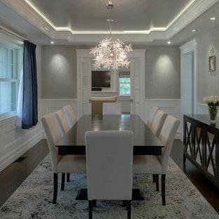 Ispirazione per una sala da pranzo moderna chiusa e di medie dimensioni con pareti grigie, parquet scuro, nessun camino e pavimento marrone