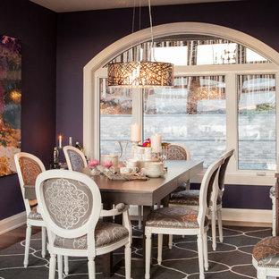 Exemple d'une salle à manger tendance avec un mur violet et un sol en bois foncé.
