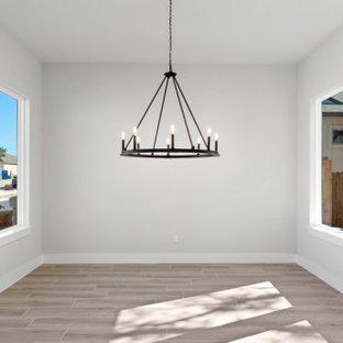 Пример оригинального дизайна: кухня-столовая среднего размера в стиле кантри с серыми стенами, полом из керамической плитки, фасадом камина из каменной кладки и бежевым полом