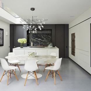 Imagen de comedor de cocina contemporáneo, de tamaño medio, sin chimenea, con paredes blancas, suelo de linóleo y suelo gris