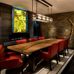 Новые идеи обустройства дома: большая столовая в современном стиле с фасадом камина из металла и черным полом