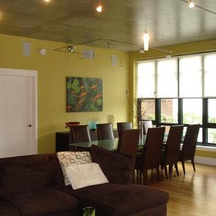 Idee per un'ampia sala da pranzo aperta verso il soggiorno minimalista con pareti verdi e pavimento in bambù