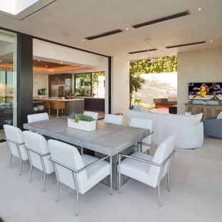 Идея дизайна: огромная гостиная-столовая в современном стиле с белыми стенами, полом из керамогранита и бежевым полом без камина