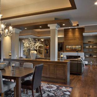 ミネアポリスの広いモダンスタイルのおしゃれなダイニングキッチン (白い壁、無垢フローリング、横長型暖炉、石材の暖炉まわり、茶色い床、三角天井) の写真