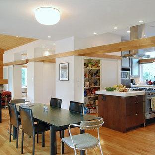 Diseño de comedor de cocina de estilo americano, de tamaño medio, con paredes blancas, suelo de madera clara, chimenea de doble cara y suelo beige