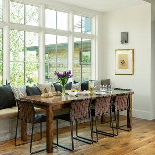 デンバーの広いラスティックスタイルのおしゃれなダイニング (白い壁、茶色い床、朝食スペース、無垢フローリング) の写真