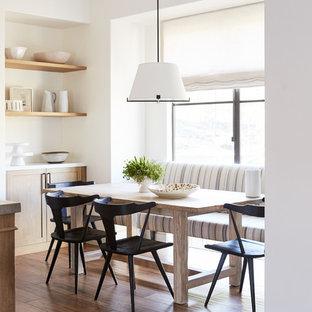На фото: кухня-столовая среднего размера в средиземноморском стиле с паркетным полом среднего тона, коричневым полом и белыми стенами с