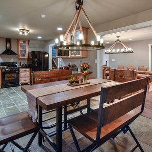 Idee per una sala da pranzo aperta verso la cucina american style di medie dimensioni con pavimento in ardesia, pareti grigie e pavimento grigio