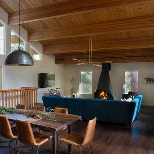 Foto di una grande sala da pranzo contemporanea con pareti bianche e stufa a legna