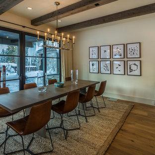 Réalisation d'une salle à manger chalet fermée avec un mur beige, un sol en bois brun et un sol orange.