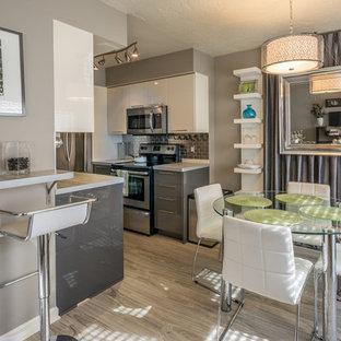 Ispirazione per una piccola sala da pranzo aperta verso la cucina moderna con pareti grigie, pavimento in linoleum e nessun camino