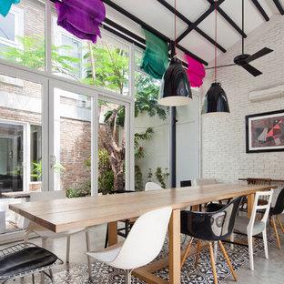 Diseño de comedor urbano con paredes blancas y suelo de cemento