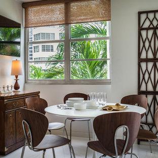 Kleines Kolonialstil Esszimmer mit weißer Wandfarbe, Porzellan-Bodenfliesen und weißem Boden in Miami