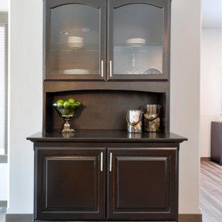 Ispirazione per una piccola sala da pranzo aperta verso la cucina country con pareti grigie, pavimento in laminato e pavimento grigio