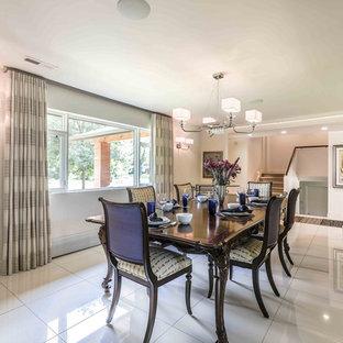 Foto di una grande sala da pranzo moderna con pareti bianche, pavimento in gres porcellanato, camino classico, cornice del camino piastrellata e pavimento bianco