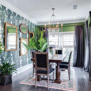 Immagine di una grande sala da pranzo tropicale chiusa con pareti verdi, parquet scuro, nessun camino e pavimento marrone