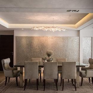Foto di una sala da pranzo aperta verso il soggiorno moderna di medie dimensioni con pareti beige, pavimento con piastrelle in ceramica e pavimento beige
