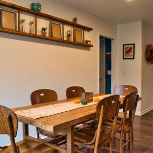 Ejemplo de comedor de cocina de estilo de casa de campo, de tamaño medio, con paredes blancas, suelo vinílico y suelo marrón