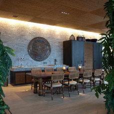 Asian Dining Room by Eduarda Correa Arquitetura & Interiores