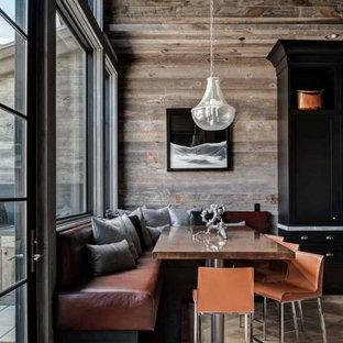 Diseño de comedor de cocina rural, pequeño, sin chimenea, con paredes marrones y suelo de madera clara
