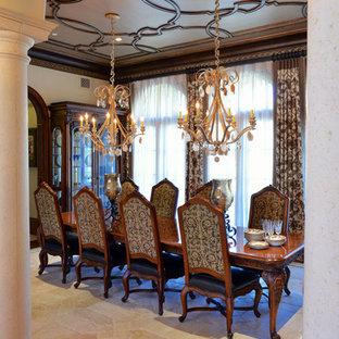 На фото: большая гостиная-столовая в викторианском стиле с коричневыми стенами и полом из известняка без камина с