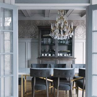 Exempel på en klassisk separat matplats, med grå väggar, ljust trägolv och beiget golv