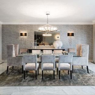 Diseño de comedor clásico renovado, grande, sin chimenea, con paredes grises y suelo de mármol