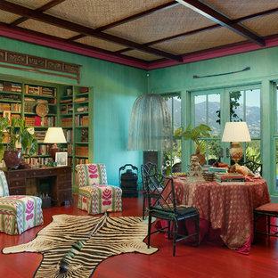Imagen de comedor ecléctico con paredes verdes y suelo rojo