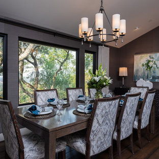 Idee per una grande sala da pranzo aperta verso il soggiorno classica con pareti con effetto metallico, pavimento in legno massello medio, nessun camino e pavimento marrone