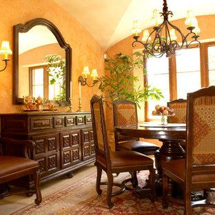 サンタバーバラの中サイズの地中海スタイルのおしゃれな独立型ダイニング (黄色い壁、ライムストーンの床、暖炉なし) の写真