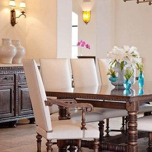 Esempio di una sala da pranzo mediterranea chiusa e di medie dimensioni con pareti bianche, pavimento in travertino e pavimento beige