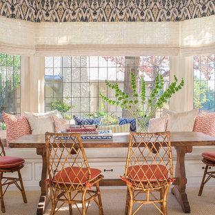 Ispirazione per una sala da pranzo mediterranea con pareti bianche e moquette