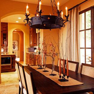 Idée de décoration pour une salle à manger méditerranéenne fermée et de taille moyenne avec un mur beige et un sol en travertin.