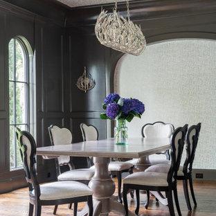 Aménagement d'une salle à manger classique avec un mur noir, un sol en bois brun, un sol marron, un plafond en papier peint, du lambris et du papier peint.