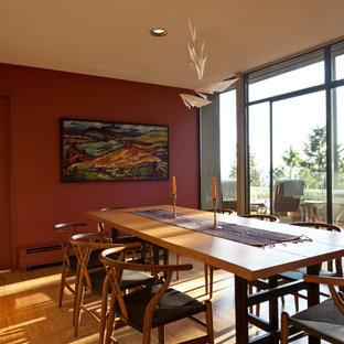 Inspiration för mellanstora moderna separata matplatser, med röda väggar, bambugolv och beiget golv