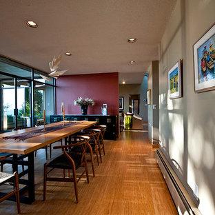 Idee per una sala da pranzo moderna di medie dimensioni e chiusa con pareti rosse, pavimento in bambù, nessun camino e pavimento beige