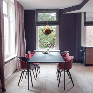 Свежая идея для дизайна: столовая в современном стиле с фиолетовыми стенами, светлым паркетным полом и бежевым полом без камина - отличное фото интерьера