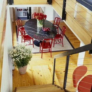 Landhaus Esszimmer mit weißer Wandfarbe und braunem Holzboden in Philadelphia