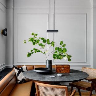 Inredning av en klassisk matplats, med vita väggar, mellanmörkt trägolv och brunt golv