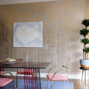 Idéer för mellanstora matplatser med öppen planlösning, med metallisk väggfärg, mörkt trägolv och brunt golv
