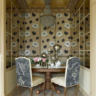Inspiration pour une petite salle à manger traditionnelle fermée avec mur métallisé et un sol en bois clair.
