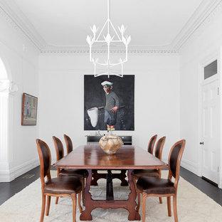 Immagine di un'ampia sala da pranzo classica chiusa con pareti bianche, pavimento nero e pavimento in legno verniciato