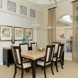 Idee per una sala da pranzo tradizionale chiusa e di medie dimensioni con pareti beige, moquette e nessun camino