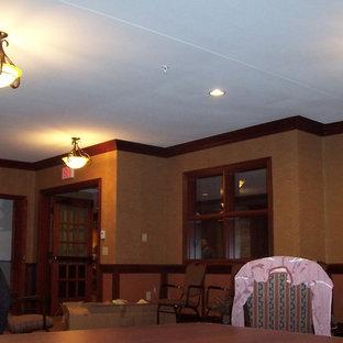 Ispirazione per un'ampia sala da pranzo chiusa con pareti multicolore e moquette