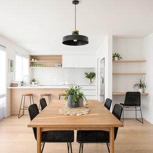 Imagen de comedor de cocina marinero, pequeño, con suelo de madera clara, paredes blancas y suelo beige