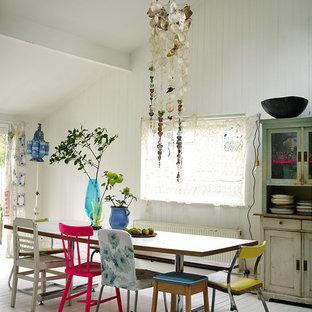 Foto di una sala da pranzo stile shabby con pareti bianche e pavimento in legno verniciato